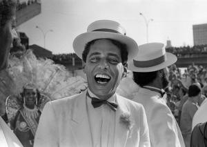 Com o endurecimento da ditadura militar no Brasil, Chico Buarque também precisou endurecer a forma como escrevia suas canções. Descontente com a forma como o país estava sendo conduzido, o compositor encontrou na sua arte a voz para denunciar e criticar o que estava ocorrendo naquele momento da história do Brasil, o que acabou gerando em Chico o rótulo de 'compositor engajado'