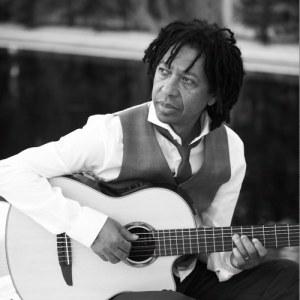 Djavan é considerado um dos melhores compositores do Brasil. Se estilo mistura Bossa Nova, Jazz, Samba com um ar nordestino.