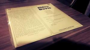 Verso do Vinil onde o Texto em questão está impresso.